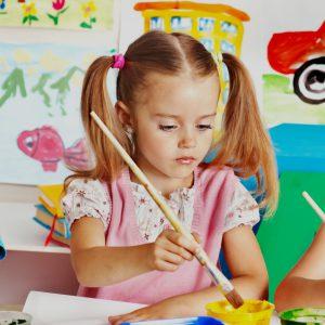 Dzieci bawią się poprzez malowanie